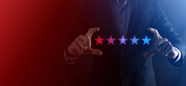 Mannhand, die auf fünf sterne ausgezeichnete bewertung zeigt. zeigen des fünf-sterne-symbols, um die bewertung des unternehmens zu erhöhen. überprüfung, erhöhung der bewertung oder rangfolge, bewertung und klassifizierungskonzept.