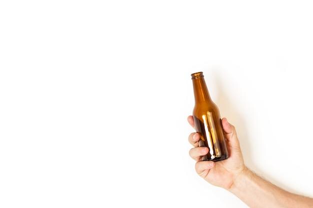 Mannhand, die eine leere flasche bier hält