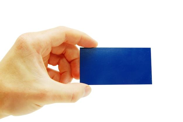 Mannhand, die eine leere visitenkarte hält