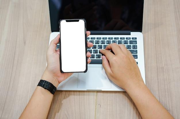 Mannhand, die intelligentes telefon mit leerem bildschirm hält
