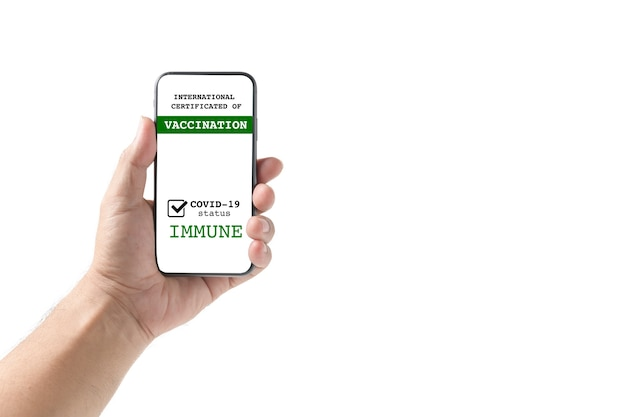 Mannhand, die smartphone-anzeige auf app-mobile-geimpftem covid-19- oder coronavirus-zertifikat hält,