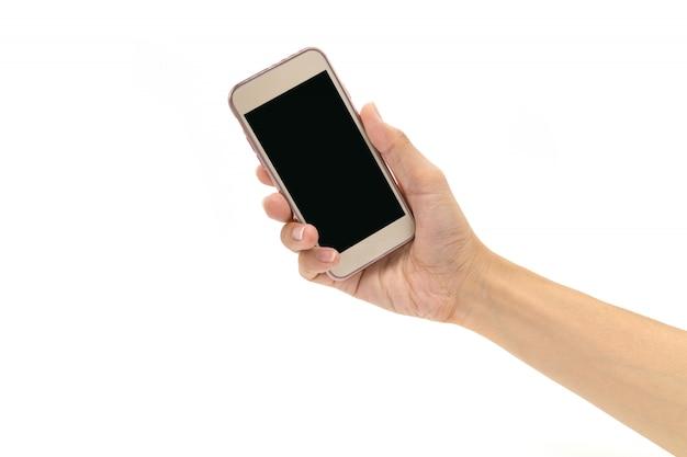 Mannhand, die smartphone auf weißem hintergrund hält