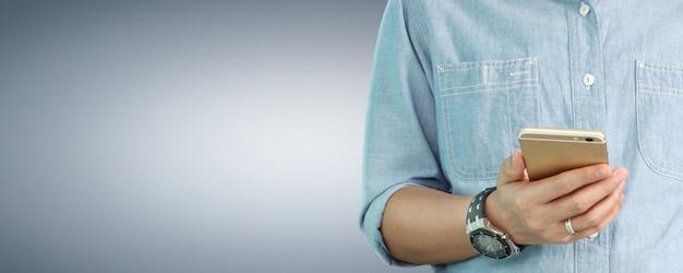 Mannhand, die smartphone-gerät und touchscreen hält