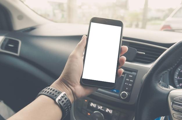 Mannhand, die smartphone im auto hält