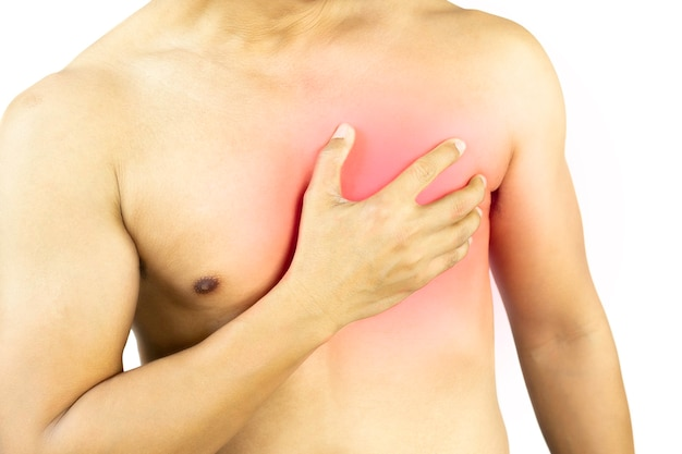 Mannhand hält seine brust mit herzschmerzen mit rotem punkt isoliert im beschneidungspfad