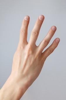 Mannhand zeigt die nummer vier. countdown-geste oder zeichen. zeichensprache.