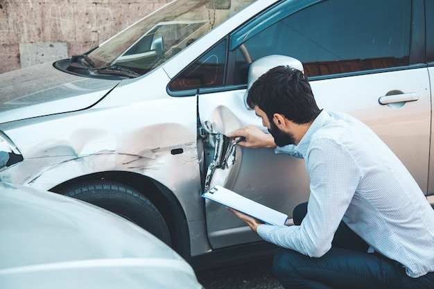 Mannhanddokument und autounfallunfall