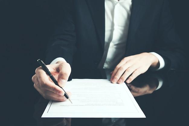 Mannhanddokument und stift