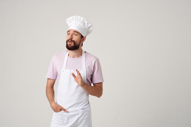 Mannkoch auf einer schürze emotionen restaurant gourmetküche