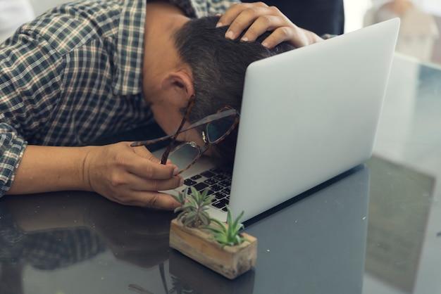 Mannkopf auf laptop-computer für frustrations- und stresskonzept