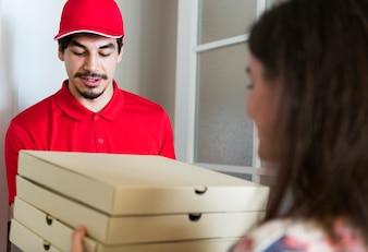 Mannlieferpizza zum Kunden