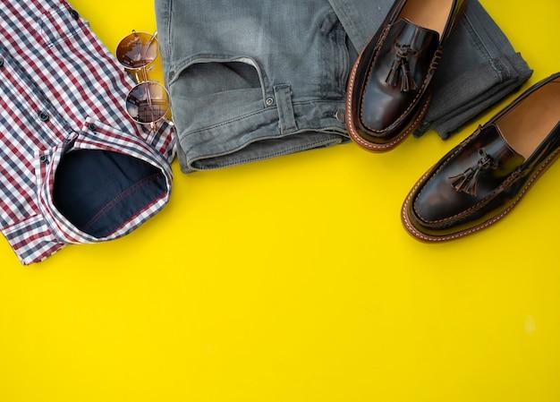 Mannmodekleidungssatz lokalisiert auf einem gelben hintergrund. bürokleidung konzept
