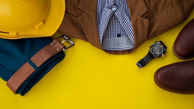 Mannmodekleidungssatz und zubehör, gelbes copyspace