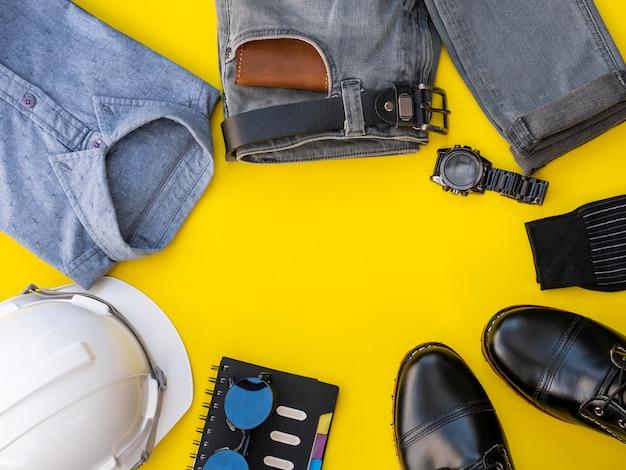 Mannmodekleidungssatz und -zubehör lokalisiert auf einem gelb. ingenieur kleidet konzept, draufsicht