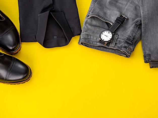 Mannmodekleidungssatz und -zubehör lokalisiert auf einem gelb. mann kleidet konzept, draufsichtkopienraum