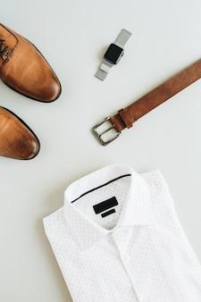 Mannmodekomposition mit uhr, hemd, gürtel und schuhen