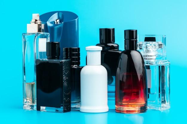 Mannparfümflasche auf blauabschluß oben