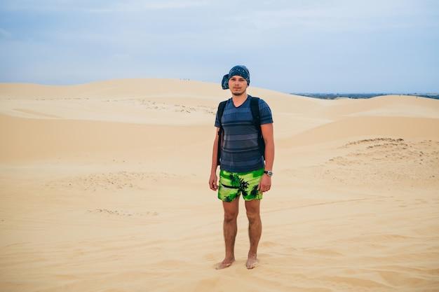 Mannreisender in der wüste