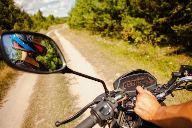 Mannreitmotorrad auf schotterweg