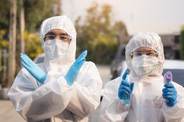 Mannschaftsarzt, der psa trägt, um das coronavirus zu bekämpfen