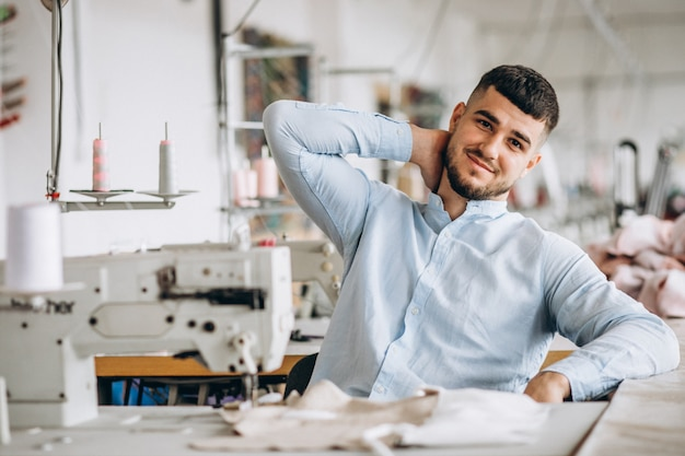 Mannschneider, der an einer nähenden fabrik arbeitet