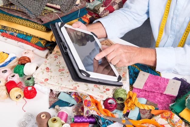 Mannschneider der hand, der tablet-computer verwendet