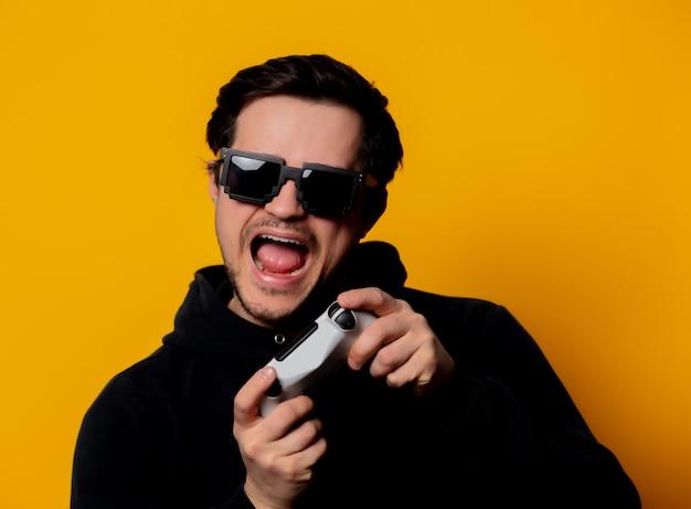 Mannsonnenbrille spielt mit einem steuerknüppel