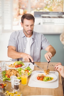 Mannumhüllungsfleisch in der platte beim zu mittag essen