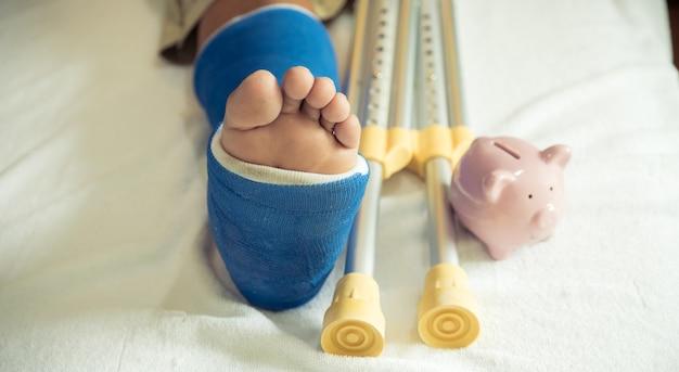 Mans bein benutzt krücken, um nach einer operation zu gehen