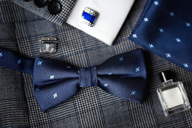 Manschettenknöpfe und fliege für luxuriöse blaue mode für männer.