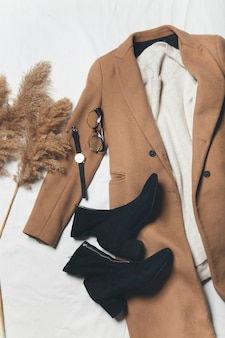 Mantel und kleid draufsicht auf das lässige outfit der herbstfrauen flache ansicht von oben damenbekleidung