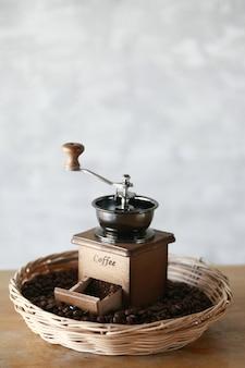 Manuelle kaffeemühle mit kaffeebohne und filterkessel-set