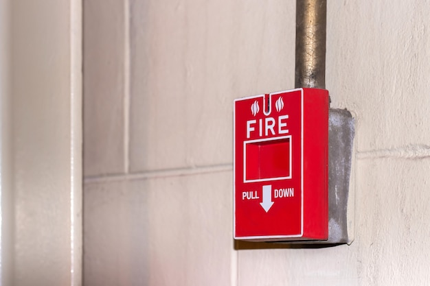 Manuelle pulldown-station an der wand für brandmeldeanlage im brandfall im werk. es ist eine ausrüstung für den sicherheitsarbeitsplatz im brandfall.