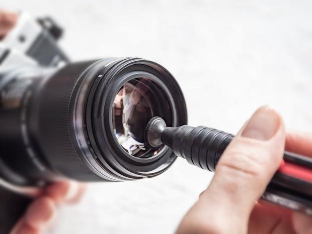 Manuelle reinigung des kameraobjektivs mit einem speziellen reinigungsstift