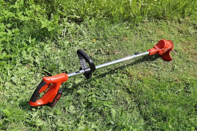 Manueller elektrischer trimmer zum mähen von gras in kleinen mengen in garten und hof