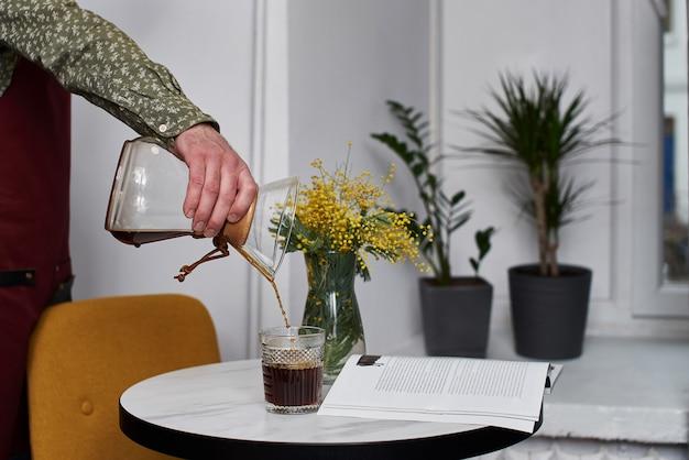 Manuelles brühen des kaffees mit alternierendem filter aus der nähe. geräte für kaffee
