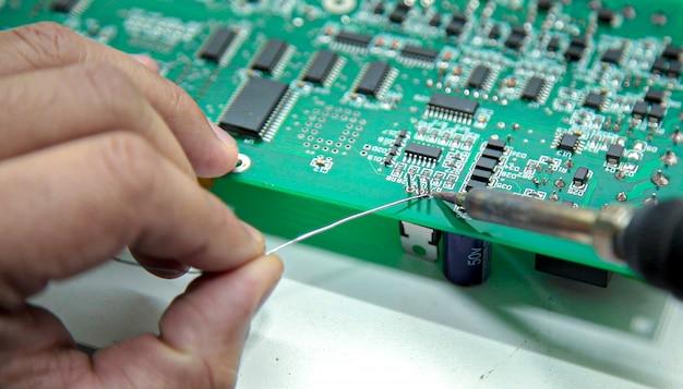 Manuelles löten der elektronik und testen des oszilloskops