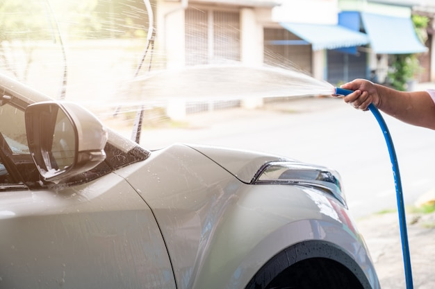 Manuelles waschendes auto mit druckwasser