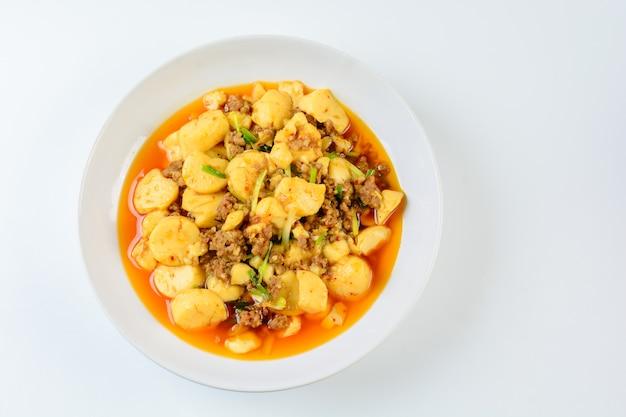 Mapo tofu, ein beliebtes chinesisches gericht. das klassische rezept besteht aus seidentofu, schweinehackfleisch oder rindfleisch