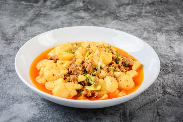 Mapo tofu, ein beliebtes chinesisches gericht. das klassische rezept besteht aus seidigem tofu