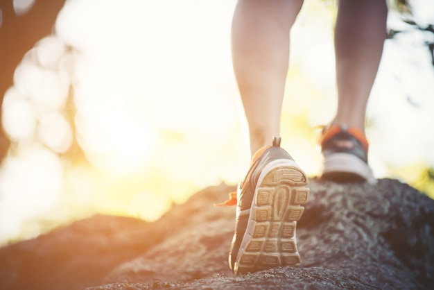 Marathon-mädchen erholung junger frühling