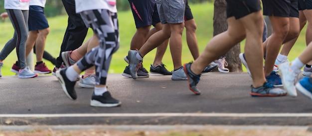 Marathonlauf menschen füße auf der straße.