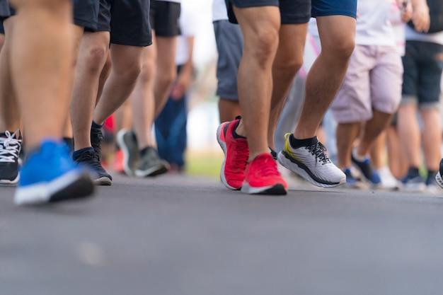 Marathonlauf menschenfüße auf straße im licht im morgengrauen