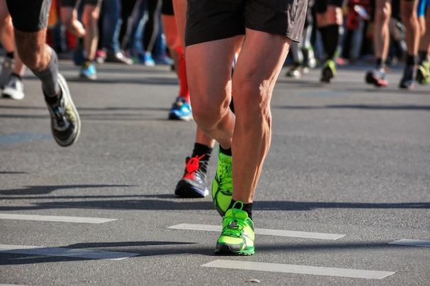 Marathonlaufrennen, füße vieler läufer auf straßenrennen, sportwettbewerb, eignung und gesundes lebensstilkonzept