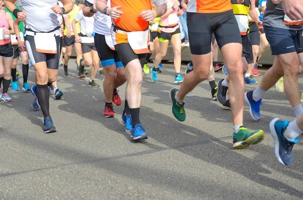 Marathonlaufrennen, viele läuferfüße auf straßenrennen, sportwettkämpfe, fitness und ein gesundes lifestyle-konzept