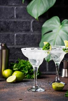 Margarita-cocktail mit limette und eis
