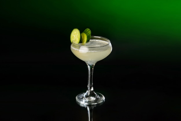 Margarita cocktail mit tequila, limettensaft und gurken