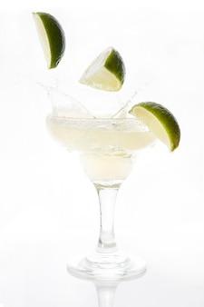 Margarita cocktail splash mit limette isoliert auf weiß