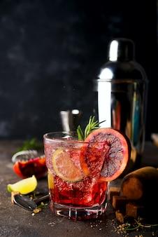 Margarita cocktails mit eis und thymian auf dunklem backgorund