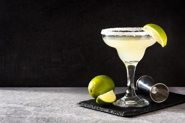 Margarita-cocktails mit limette in glas auf grau